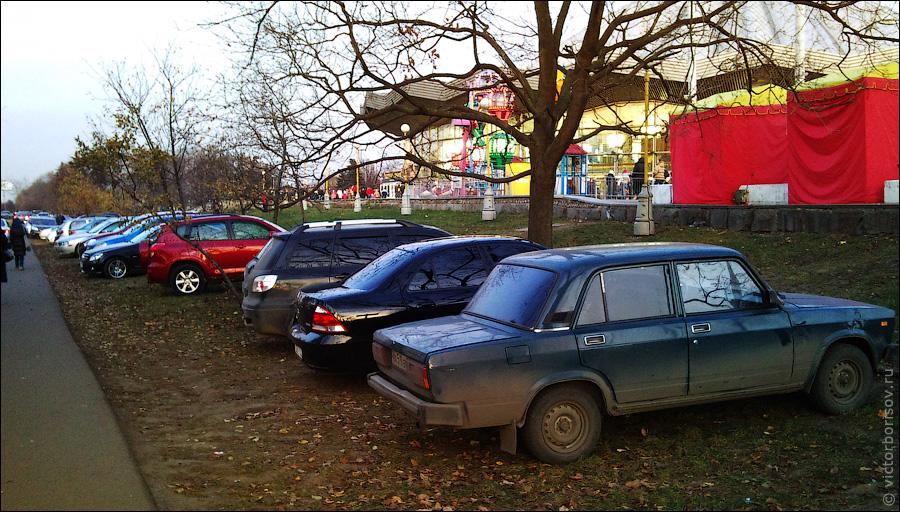 Парковка на газонах у цирка на проспекте Вернадского